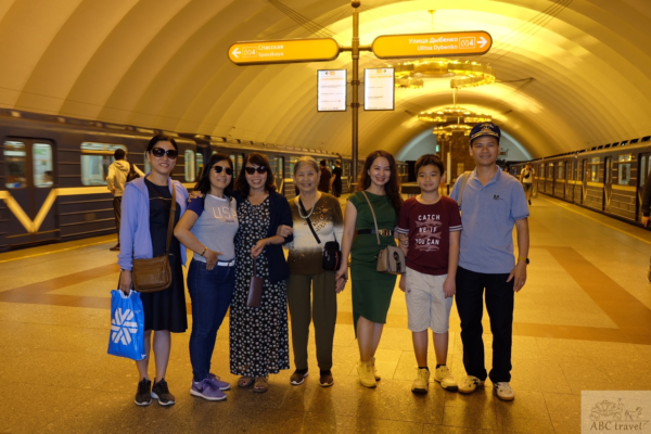 tàu điện ngầm xanh-petecbua