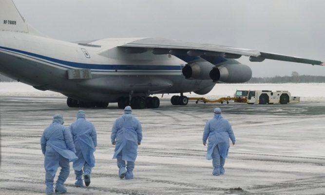 Nhân viên y tế đón các công dân Nga được sơ tán từ Vũ Hán, Trung Quốc, tại khu vực Tyumen